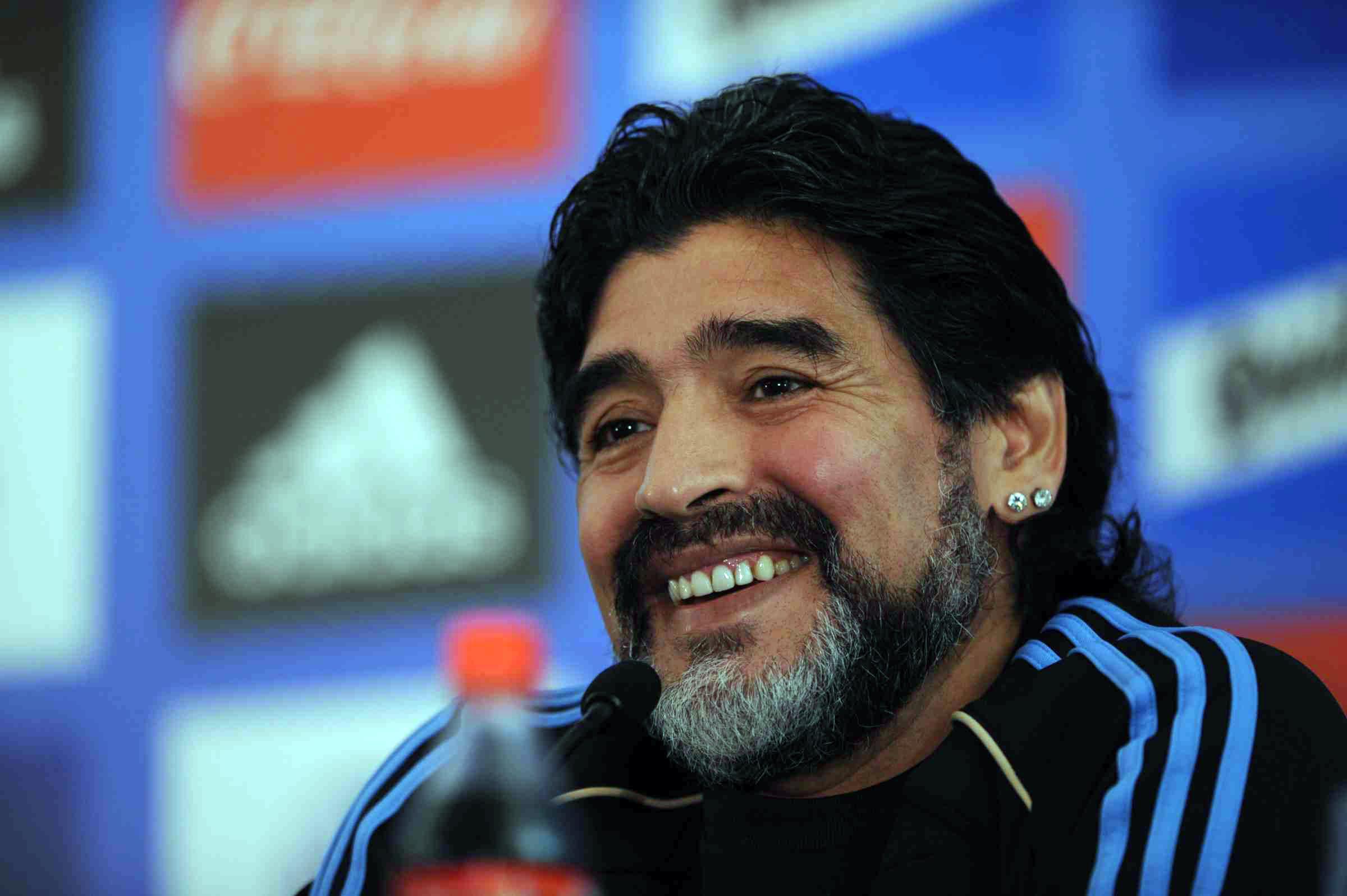 Maradona durante una conferenza stampa