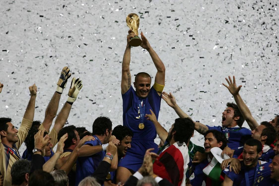 Cannavaro con la Coppa del Mondo 2006