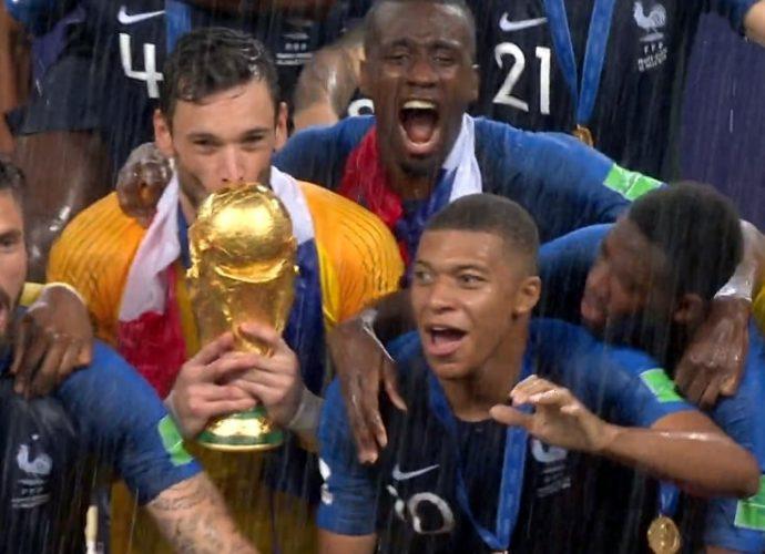 Hugo Lloris, capitano francese, alza la Coppa del Mondo 2018