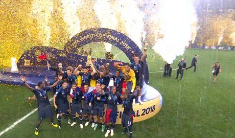 La Francia, sotto al diluvio, solleva la Coppa del Mondo