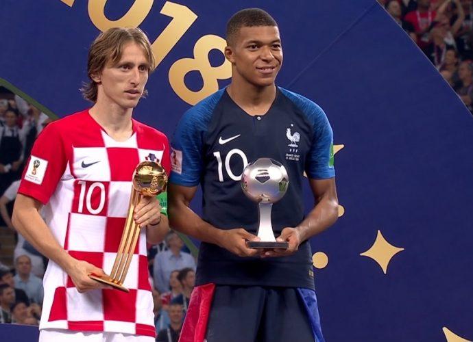 Modric e Mbappé con in mano, rispettivamente, Pallone d'oro e miglior giovane
